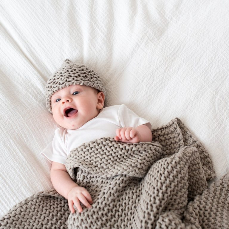 Zestt Organics Comfy Knit Baby Gift Set Hat & Blanket Grey